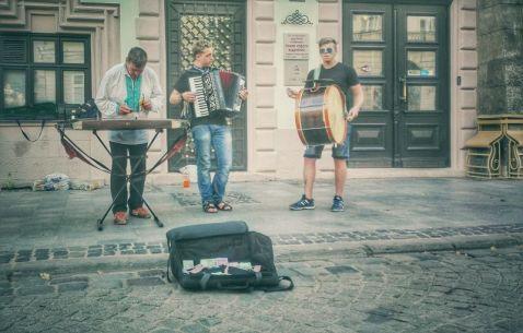 Adjudecându-și o origine căzăcească, tinerii artiști ambulanți ai orașului, își etalează talentele muzicale, dornici de venituri noi.