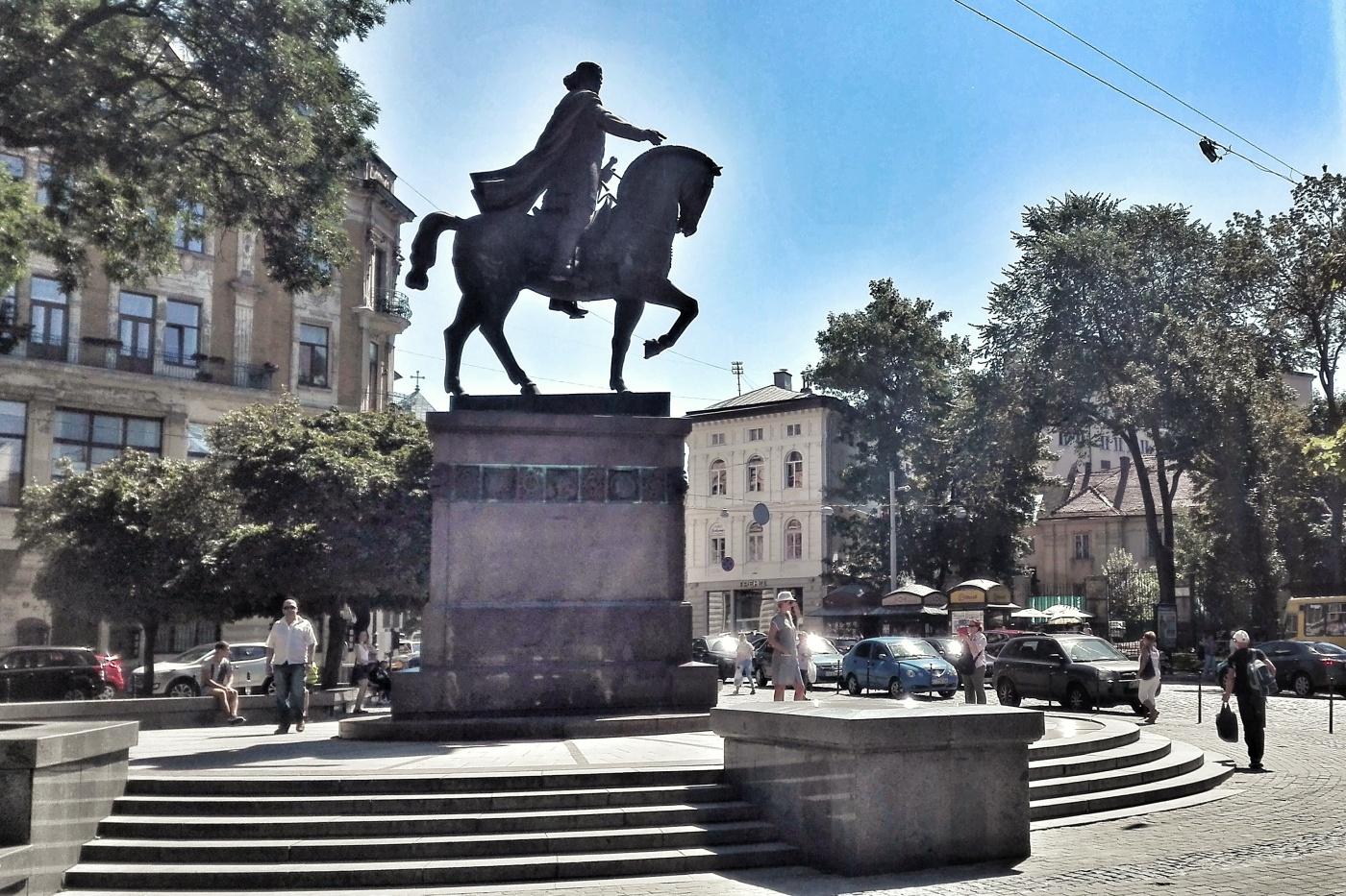 Prințul Danylo Halytsky (1201-1264) conducătorul Regatului Galiției și Volîniei, imortalizat călăre în apropierea Pieței Rynok din Liov