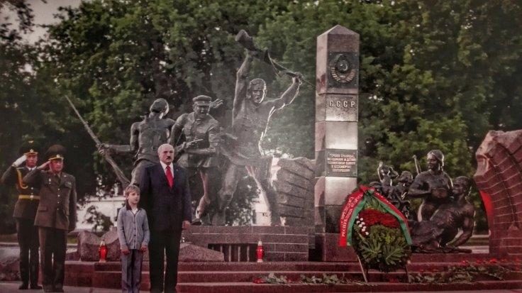 Alexander Lukashenko, alături de fiul său, în timpul unei vizite la Brest, în vestul țării, aproape de frontiera polonă