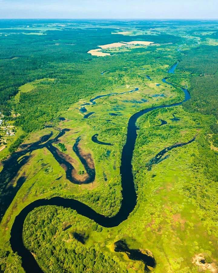 Relieful Belarusului văzut de sus constituie o întindere nesfârșită de verde și albastru, marcat de numeroase cursuri de apă ce se pierd adeseori printre păduri de rășinoase, tributare covârșitor Câmpiei Est-Europene